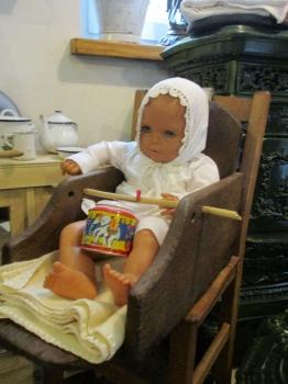 Babypuppe-im-alten-Kindersitz